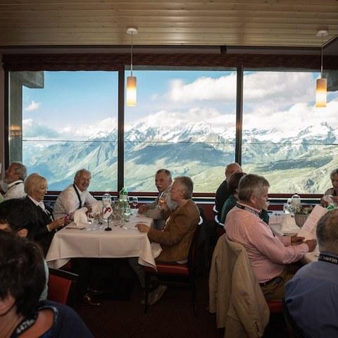 Mittagessen vor einer imposanten Bergkulisse. Vergrösserte Ansicht