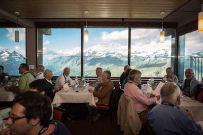 Mittagessen vor einer imposanten Bergkulisse